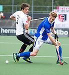 AMSTELVEEN - Jip Janssen (Kampong) met Boris Burkhardt (A'dam)   tijdens  de  eerste finalewedstrijd van de play-offs om de landtitel in het Wagener Stadion, tussen Amsterdam en Kampong (1-1). Kampong wint de shoot outs.  . COPYRIGHT KOEN SUYK