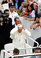 Papa Francesco saluta i fedeli al termine di una messa con i catechisti in Piazza San Pietro, Citta' del Vaticano, 29 settembre 2013.<br /> Pope Francis adjusts his skullcap as he leaves at the end of a mass with catechists in St. Peter's Square, Vatican, 29 September 2013.<br /> UPDATE IMAGES PRESS/Riccardo De Luca<br /> <br /> STRICTLY ONLY FOR EDITORIAL USE