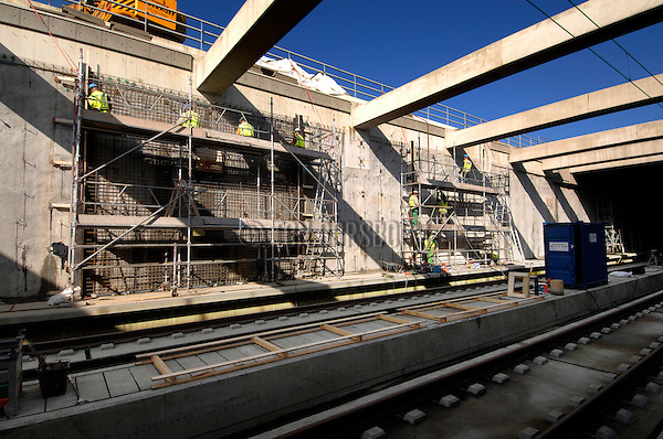 ROTTERDAM - In de verdiepte tunnelbak van de HSL bij Rotterdam Airport werkt Bam Civiel in samenwerking met Heijmans aan een twee kilometer lange voorzetwand die de lekkages aan de diepwand moeten voorkomen. Met de klus waarvoor met ongeveer 200 mensen in drie ploegendienst tien weken de tijd is, moet vorstschade aan de diepwand voorkomen worden.  COPYRIGHT TON BORSBOOM