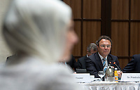 Berlin, Dienstag (07.05.13), Bundesinnenminister Hans-Peter Friedrich (CDU), spricht zu Beginn der letzten Sitzung der Deutschen Islamkonferenz (DIK) in dieser Legislaturperiode während im Vordergrund eine Delegierte ein Kopftuch trägt. Foto: Michael Gottschalk/CommonLens