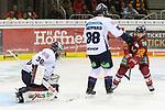 Duesseldorfs Carl Ridderwall (Nr.22) schiesst aufs Tor, Berlins Goalie MaximilianFranzreb (Nr.30)  pariert beim Spiel in der DEL, Duesseldorfer EG (rot) - Eisbaeren Berlin (weiss).<br /> <br /> Foto © PIX-Sportfotos *** Foto ist honorarpflichtig! *** Auf Anfrage in hoeherer Qualitaet/Aufloesung. Belegexemplar erbeten. Veroeffentlichung ausschliesslich fuer journalistisch-publizistische Zwecke. For editorial use only.