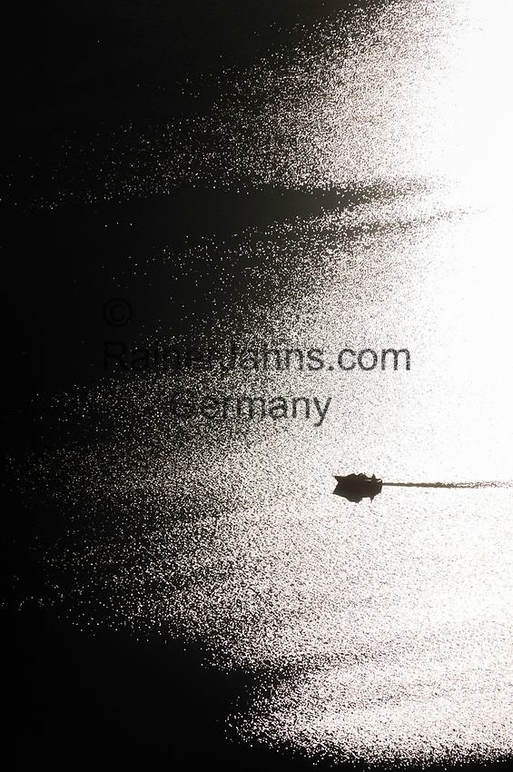 Bootsfahrt im Gegenlicht ueber einen Binnensee   boat trip in back light on an inland lake