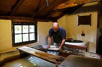 Nederland Arnhem 2015.  Het Nederlands Openluchtmuseum. Man schept papier in de papiermolen.  Foto Berlinda van Dam / Nederlandse Hoogte