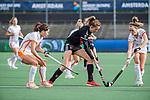 AMSTELVEEN - Felice Albers (Adam) met links Manu Vilar del Valle (OR)  en Donja Zwinkels (OR)  tijdens de hoofdklasse hockeywedstrijd dames,  Amsterdam-Oranje Rood (2-2) .   COPYRIGHT KOEN SUYK