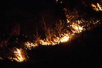 TAUBATÉ, SP, 11.10.2014 - INCENDIO RODOCIA DUTRA SP - Incendio atinge vegetação a beira da Rodovia Dutra no limite das cidades de Taubaté e Caçapava sentindo Rio de Janeiro neste sábado (11)  (Foto: Marcelo Brammer / Brazil Photo Press).