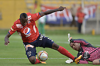BOGOTÁ -COLOMBIA, 20-02-2016. Diego Alejandro Novoa (Der) arquero de La Equidad disputa el balón con Juan F Caicedo (Izq) de Independiente Medellín durante partido por la fecha 5 de la Liga Águila I 2016 jugado en el estadio Metropolitano de Techo de la ciudad de Bogotá./ Diego Alejandro Novoa (R) goalkeeper of La Equidad fights for the ball with Juan F Caicedo (L) player of Independiente Medellin during the match for the date 5 of the Aguila League I 2016 played at Metropolitano de Techo stadium in Bogotá city. Photo: VizzorImage/ Gabriel Aponte / Staff