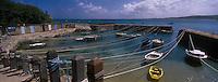 Europe/France/Normandie/Basse-Normandie/50/Manche/Presqu'île de la Hague/St-Germain-des-Vaux: Port Racine, certainement le plus petit port de France en activité - Les bateaux y sont amarrés par des aussières.