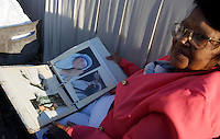 Una donna mostra alcune foto di Madre Teresa in Piazza San Pietro in occasione della messa celebrata da Papa Francesco per la sua canonizzazione, Citta' del Vaticano, 4 settembre 2016.<br /> A woman shows some photos of Mother Teresa in St. Peter's Square during a mass celebrated by Pope Francis for her canonization, at the Vatican, 4 September 2016.<br /> <br /> UPDATE IMAGES PRESS/Isabella Bonotto<br /> <br /> STRICTLY ONLY FOR EDITORIAL USE