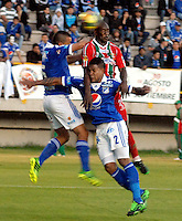 TUNJA -COLOMBIA, 05-10-2013. Alexis Gonzalez (D) de Patriotas FC disputa el balón con Roman Torres y Andres Cadavid (I) de Millonarios durante partido válido por la fecha 14 de la Liga Postobón II 2013 realizado en el estadio La Independencia en Tunja./ Alexis Gonzalez (R) of Patriotas FC struggles the ball with Roman Torres (C) and Andres Cadavid (L) of Millonarios during match valid for the 14th date of Postobon  League 2013-1 at La Libertad stadium in Tunja. Photo: VizzorImage/Jose Miguel Palencia/STR