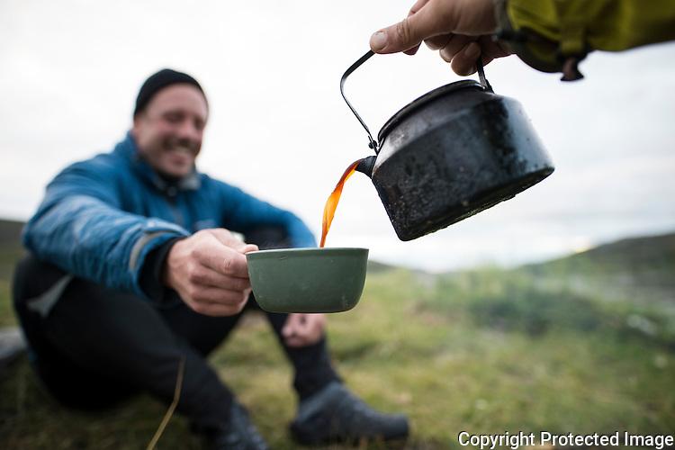 Kaffe skjenkes fra svartkjele. ---- Coffe served from pot.