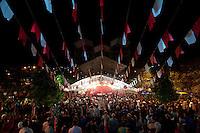 SÃO LUIZ DO PARAITINGA, SP, 26 DE MAIO DE 2012 - FESTA DO DIVINO - Missa da Novena realizada em frente a igreja Matriz, (ainda em construção após enchente que destruiu a cidade em 2010). A missa foi realizada na noite deste sabado (26) durante Festa do Divino de São Luiz do Paraitinga, que acontece neste final de semana. FOTO: LEVI BIANCO - BRAZIL PHOTO PRESS