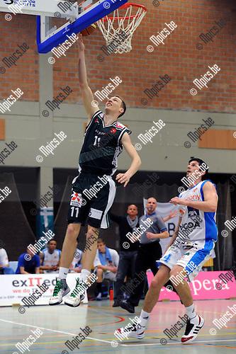 2013-04-28 / Basketbal / seizoen 2012-2013 / Gembo - Kangoeroes Boom / Swinnen met de score voor Gembo, Bellin komt te laat..Foto: Mpics.be