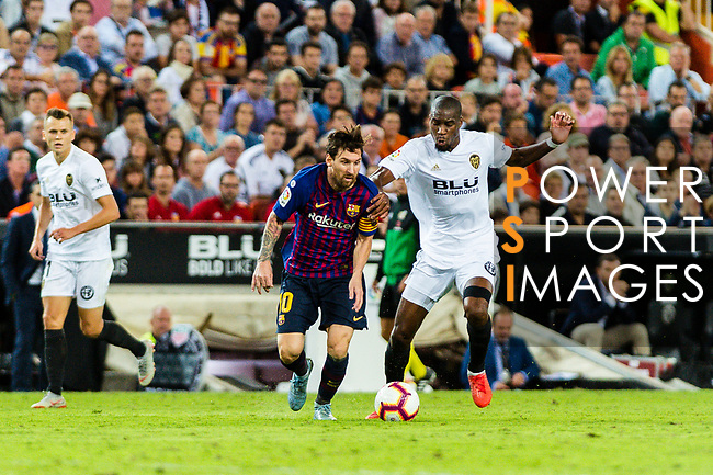 Lionel Messi of FC Barcelona (L) fights for the ball with Geoffrey Kondogbia of Valencia CF (R) during their La Liga 2018-19 match between Valencia CF and FC Barcelona at Estadio de Mestalla on October 07 2018 in Valencia, Spain. Photo by Maria Jose Segovia Carmona / Power Sport Images