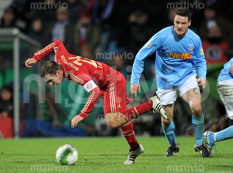 Fussball DFB Pokal:  Saison   2011/2012  Achtelfinale  20.12.2011 VfL Bochum - FC Bayern Muenchen  Philipp Lahm (li, FC Bayern Muenchen) gegen Marcel Maltritz (VfL Bochum)