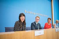 """Vorstellung des Modell-Projekt """"Buergerrat Demokratie"""" am Dienstag den 11. Juni 2019 in Berlin durch Dorothee Vogt, Programmleiterin Wirtschaft & Demokratie bei der Schoepflin Stiftung (links im Bild); Reiner Holznagel, Praesident des Bund der Steuerzahler  (2.vl. im Bild) und Claudine Nierth, Bundesvorstandssprecherin von Mehr Demokratie e. V. (2.vr. im Bild).<br /> Der """"Buergerrat Demokratie"""" will einen Querschnitt der Buergerinnen und Buerger in Deutschland - gerade auch mit Menschen, die sich sonst nicht im politischen Feld zu Hause fuehlen - an einen Tisch bringen. Besprochen werden soll laut Buergerrat """"Was muss sich aendern, damit das Vertrauen in die Demokratie wieder waechst? Sollte die parlamentarisch-repraesentative Demokratie durch weitere Elemente ergaenzt werden?"""".<br /> Zu einem ersten Buergerrat werden 160 zufaellig ausgewaehlte Menschen geladen, die im September 2019 ein erstes Beurgergutachten erstellen sollen. Unterstuetzt wird dieses Projekt von Politikern und Institutionen.<br /> 11.6.2019, Berlin<br /> Copyright: Christian-Ditsch.de<br /> [Inhaltsveraendernde Manipulation des Fotos nur nach ausdruecklicher Genehmigung des Fotografen. Vereinbarungen ueber Abtretung von Persoenlichkeitsrechten/Model Release der abgebildeten Person/Personen liegen nicht vor. NO MODEL RELEASE! Nur fuer Redaktionelle Zwecke. Don't publish without copyright Christian-Ditsch.de, Veroeffentlichung nur mit Fotografennennung, sowie gegen Honorar, MwSt. und Beleg. Konto: I N G - D i B a, IBAN DE58500105175400192269, BIC INGDDEFFXXX, Kontakt: post@christian-ditsch.de<br /> Bei der Bearbeitung der Dateiinformationen darf die Urheberkennzeichnung in den EXIF- und  IPTC-Daten nicht entfernt werden, diese sind in digitalen Medien nach §95c UrhG rechtlich geschuetzt. Der Urhebervermerk wird gemaess §13 UrhG verlangt.]"""