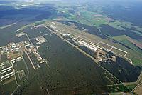 Fliegerhorst Holzdorf: DEUTSCHLAND, EUROPA, BRANDENBURG 10.05.2018: Der Fliegerhorst Holzdorf (ICAO-Code: ETSH, auch Fliegerhorst Schönewalde/Holzdorf) ist ein Militärflugplatz der Luftwaffe. Er liegt auf der sachsen-anhaltisch-brandenburgischen Landesgrenze östlich von Jessen in Sachsen-Anhalt und nördlich von Herzberg in Brandenburg. Der größere Teil des Platzes liegt in Brandenburg und grenzt im Norden an die Bundesstraße 187. Benannt wurde der Platz nach dem Jessener Ortsteil Holzdorf.<br /> Neben der heute ausschließlich verwendeten 2419 m langen Asphaltpiste 09/27,  gab es nördlich eine parallele Graslandebahn 09/27 mit einer Länge von 1800 m und einer Breite von 40 m. Außerdem existiert am nördlichen Rand des Flugplatzgeländes eine Rollbahn, welche mit 2400 m × 15 m auch als Notstartbahn genutzt werden kann.<br /> Südlich der Landebahn befindet sich der Tower, nördlich davon die Vorfelder, Hangars und ein Helipad.<br /> Als Anflughilfe für die Pisten 09 und 27 dient ein Precision Approach Path Indicator.