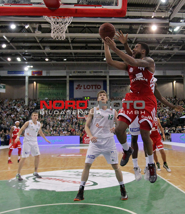 22.12.2013, Arena Trier, Trier, GER, BEKO BBL, TBB Trier vs FC Bayern Muenchen Basketball, im Bild<br /> <br /> <br /> Bryce Taylor (FC Bayern Muenchen Basketball - 44) geht zum Korb - links Andreas 'Andy' SEIFERTH (TBB Trier - 12)<br /> Foto &copy; nordphoto / Majerus