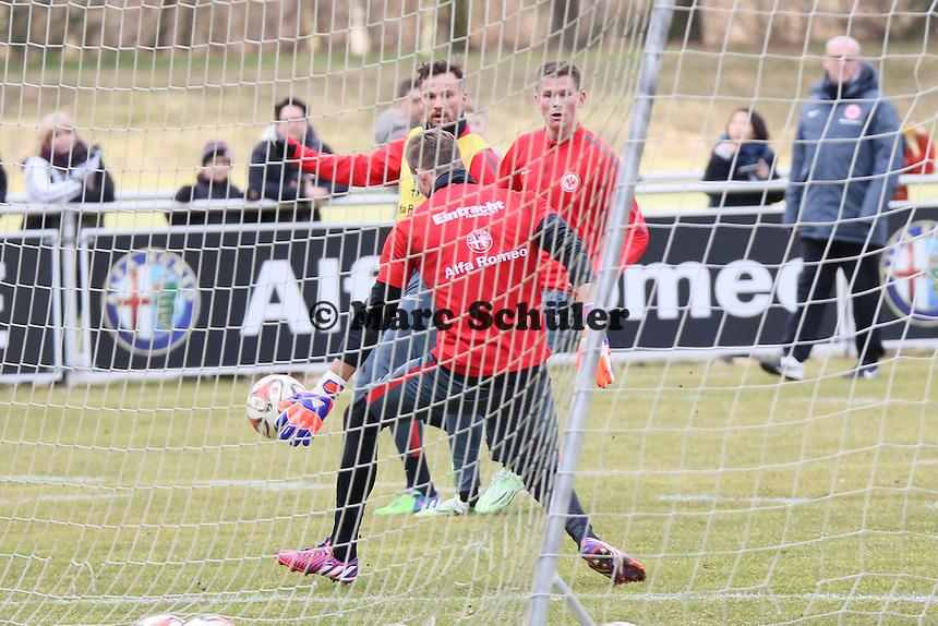 Haris Seferovic zieht ab gegen Alexander Madlung und Kevin Trapp - Eintracht Frankfurt Training, Commerzbank Arena