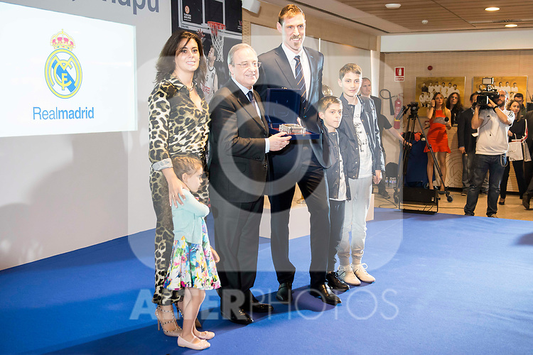 "Andres ""El Chapu"" Nocioni with his wife and sons and Real Madrid's president, Florentino Perez during the appearance of retirement as profesional basketball player at Stadium Santiago Bernabeu in Madrid, Spain. April 04, 2017. (ALTERPHOTOS/BorjaB.Hojas)"