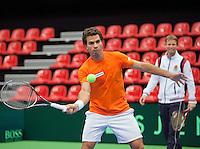 06-02-12, Netherlands,Tennis, Den Bosch, Daviscup Netherlands-Finland, Training, Debutant  Jean-Julian Rojer volleert onder toeziend oog van Captain Jan Siemerink
