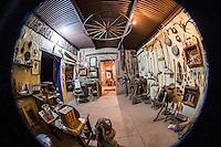 museo, museum, aticuario, antiguo, cultura sonorense, herrajes, herradura, montura, silla de caballo, silla, sala, antigüedades, sala, exhibición, balanza, cantaro, rueda, rueda de carreta, carreta