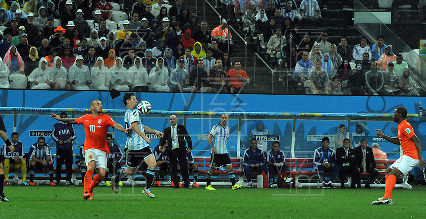SAO PAULO - BRASIL -09-07-2014. Lionel Messi (#10) jugador de Argentina (ARG) disputa un balón con Wesley Sneijder (#10) jugador de Holanda (NED) durante partido de las semifinales por la Copa Mundial de la FIFA Brasil 2014 jugado en el estadio Arena de Sao Paulo./ Lionel Messi (#10) player of Argentina (ARG) fights the ball with Wesley Sneijder (#10) player of Netherlands (NED) during the match of the Semifinal for the 2014 FIFA World Cup Brazil played at Arena de Sao Paulo stadium. Photo: VizzorImage / Alfredo Gutiérrez / Contribuidor