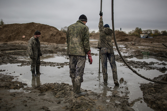 Illegaler Bernsteinabbau in Chrabowo, Region Kaliningrad. Obwohl Geldstrafen drohen, betreiben viele Menschen dort den Schwarzabbau von Bernstein, denn der ist lukrativ. /<br />