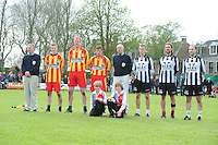 KAATSEN: WEIDUM: Kaatsvereniging 'Nije Kriich', 29-04-2012, Bangmapartij, Finale Goutum (zwart/wit: Hendrik Tolsma, Cornelis Terpstra en Daniël Iseger) - Minnertsgea (rood/geel: Hendrik Kootstra, Chris Wassenaar en Hylke Bruinsma), Eindstand 5-4 (6-4), scheidsrechters Peter de Bruin (links) en Lolke Bierma (rechts), ©foto Martin de Jong
