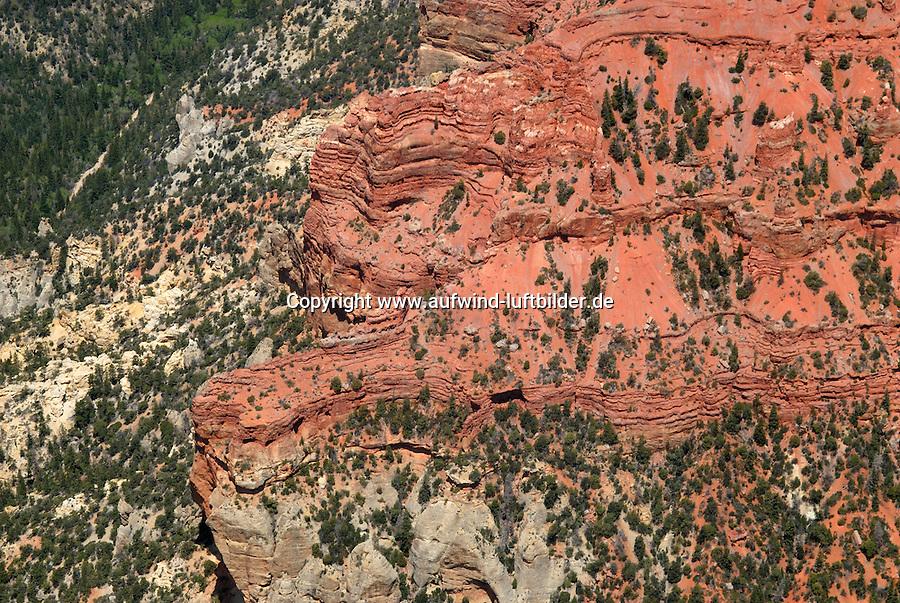 4415 / Cedar Breaks: AMERIKA, VEREINIGTE STAATEN VON AMERIKA, UTAH,  (AMERICA, UNITED STATES OF AMERICA), 18.05.2006:Cedar Breaks ist ein National Monument im US-Bundesstaat Utah. Der kleine Park umfasst die bizarren Erosionsformen im Sandstein eines Hanges auf der Westseite des Markagunt Plateaus. Er bildet das Gegenstueck zum wesentlich bekannteren Bryce-Canyon-Nationalpark auf der Ostseite der selben Bergkette.