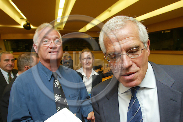 BRUSSELS - BELGIUM - 30 MAY 2005 --MEP Jens-Peter BONDE(L) having an discussion on the EU Treaty with Josep BORRELL(R), President of the European Parliament.-- PHOTO: ERIK LUNTANG / EUP-IMAGES..
