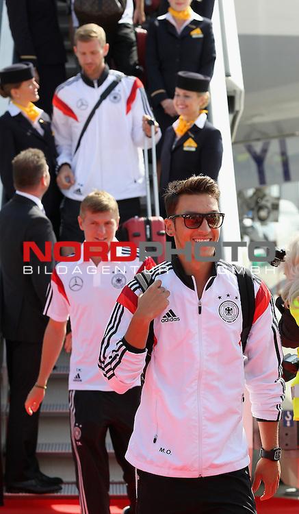 15.07.2015, Tegel, Berlin, Ankunft der deutschen Nationalmannschaft,   <br /> <br /> Messt Oezil (DFB) Toni Kroos (DFB) kommen aus dem Flieger <br /> Foto &copy; nordphoto