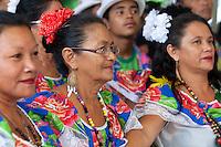 Dezenas de grupos de carimb&oacute; chegam de cidades do interior como, Marapanim, Curu&ccedil;&aacute;, Salinas, Soure e Vigia, entre outras e se juntam aos grupos da capital para comemorar a aprova&ccedil;&atilde;o do registro do Carimbó como patrimônio cultural do Brasil, assinado nesta quinta feira ( 11/09 ). Os grupos fizeram a primeira apresenta&ccedil;&atilde;o do dia no mercado do Ver-o-Peso, se concentrando as dez da manh&atilde; no Centro Cultural Tancredo Neves onde receberam a minista Marta Suplicy. Os musicos e dan&ccedil;arinos continuam as comemora&ccedil;&otilde;es com muita m&uacute;sica para popula&ccedil;&atilde;o. <br /> <br /> <br /> O Instituto do Patrimônio Histórico e Artístico Nacional (IPHAN) aprovou o registro do Carimbó como patrimônio cultural do Brasil. A decisão, feita por unanimidade, saiu na manhã desta quinta-feira, 11, durante reunião do Conselho Consultivo do Patrimônio Cultural, em Brasília. O pedido de Registro foi apresentado pela Irmandade de Carimbó de São Benedito, Associação Cultural Japiim, Associação Cultural Raízes da Terra e Associação Cultural Uirapurú, com a anuência da comunidade.Entre os anos de 2008 e 2013, o Departamento de Patrimônio Imaterial (DPI/IPHAN) e a Superintendência do IPHAN no Pará conduziram o processo de Registro e acompanharam as pesquisas para a Identificação do Carimbó em diversas regiões do estado. Muito mais que uma manifestação cultural, as formas de expressão contidas no Carimbó estão expressas em seus aspectos artísticos, cultural, ambiental, social e histórico da região amazônica.   <br /> <br /> O ritmo do Par&aacute;<br /> Express&atilde;o que compreende todo um complexo l&uacute;dico de pr&aacute;ticas, sociabilidades, esteticidades e performances, o carimb&oacute;, sem d&uacute;vida, constitui uma das mais emblem&aacute;ticas e aleg&oacute;ricas refer&ecirc;ncias da cultura paraense. Grande parte dos registros apresenta o carimb&oacute; como uma inven&ccedil;&atilde;o dos negros escravos