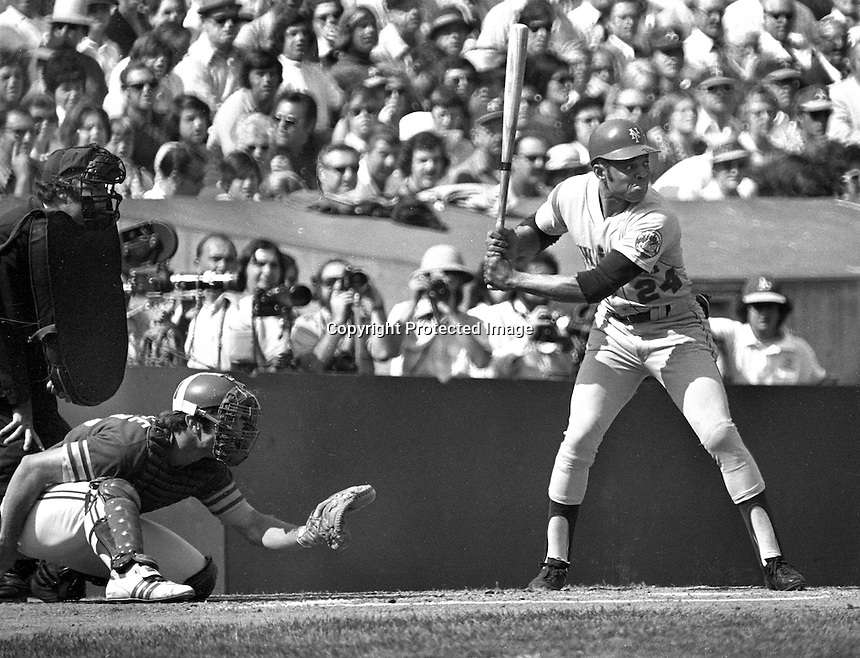 New York Met Willie Mays at bat during the 1973 World Series, Oakland Athletics catcher Ray Fosse gives a low target. (1973 photo by Ron Riesterer)