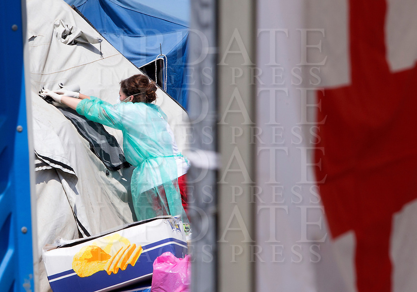 Un'operatrice sanitaria nella tendopoli allestita presso la stazione Tiburtina a Roma, 16 giugno 2015.<br /> A health worker in the tent camp set up near the Tiburtina railway station in Rome, 15 June 2015. Italy is facing a huge flow of migrants brought to Sicily after rescue at sea, many of whom are trying to join their relatives in northern Europe. <br /> UPDATE IMAGES PRESS/Riccardo De Luca
