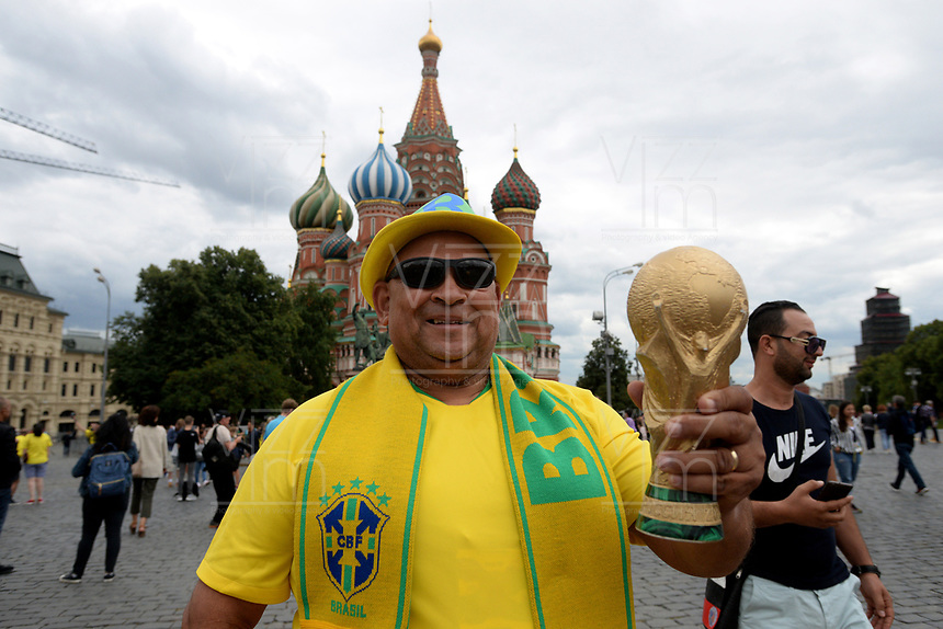 MOSCU - RUSIA, 03-07-2018: Un hincha de Brasil es visto previo al partido de octavos de final entre Colombia e Inglaterra por la Copa Mundial de la FIFA Rusia 2018 jugado en el estadio del Spartak en Moscú, Rusia. / A fan of Brazil is seen prior the match between Colombia and England of the round of 16 for the FIFA World Cup Russia 2018 played at Spartak stadium in Moscow, Russia. Photo: VizzorImage / Julian Medina / Cont