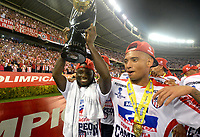 BARRANQUILLA - COLOMBIA - 08 - 11 - 2017: Jimmi Chara (Izq.) y Leonardo Pico (Der.), jugadores de Atletico Junior, celebran con el trofeo como campeones de la Copa Aguila 2016, en partido jugado en el estadio Metropolitano Roberto Melendez de la ciudad de Barranquilla. / Jimmi Chara (L) and Leonardo Pico (R) players of Atletico Junior, celebrate with the trophy as champions of the Copa Aguila 2016 in a match played at the Metropolitano Roberto Melendez Stadium in Barranquilla city, Photo: VizzorImage / Alfonso Cervantes / Cont.