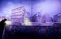 +++Nutzung ausschliesslich zur redaktionellen Berichterstattung im Bezug auf die Berliner Mauer+++ <br /> <br /> Berlin, Besucher stehen am Mittwoch (22.10.2014) am Checkpoint Charlie vor einem Panoramabild mit der Berliner Mauer zwischen Mitte und Kreuzberg des Kuenstlers Yadegar Asisi ueber die deutsch-deutsche Teilung. Foto: Steffi Loos/CommonLens