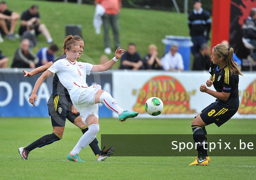 Poland - Sweden : Ewelina Kamczyk aan de bal voor Filippa Angeldal (8 - rechts)<br /> foto David Catry / Nikonpro.be