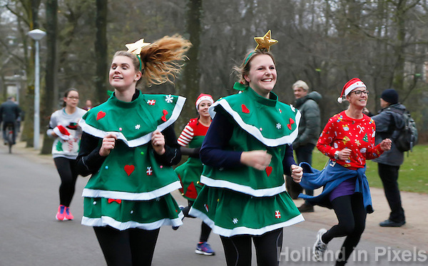Nederland  Amsterdam 2016. Ugly Sweater Run. Hardlopen in het Vondelpark in je lelijkste Kerst outfit.  Foto Berlinda van Dam / Hollandse Hoogte