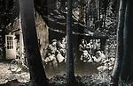 Foto: VidiPhoto<br /> <br /> OOSTERBEEK &ndash; Albert Deuss in de tentoonstellingsruimte van het Airbornemuseum in Oosterbeek, over de verzetsbeweging in Arnhem en omgeving ten tijde van de Slag om Arnhem. De vader van Albert, Bert Deuss, behoorde tot die verzetsgroep en zijn persoonlijke spullen uit de oorlogstijd maken deel uit van de tentoonstelling. Uit onderzoek blijkt dat het verzet tijdens de Tweede Wereldoorlog beter was georganiseerd dan steeds werd gedacht. Het Airbornemuseum is gevestigd in villa Hartenstein, het voormalige hoofdkwartier van de Britse luchtlandingstroepen in september 1944. Foto: De onderduikershut in het bos.