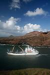 The anchorage in the Bay of Vaipaee on the island of Ua Huka is really difficult. <br /> AranuiLe mouillage dans la baie de Vaipaee sur l'&icirc;le de Ua Huka est tr&egrave;s d&eacute;licat. Les marins doivent poser des haussieres dans des conditions p&eacute;rilleuses pour amarrer l'Aranui