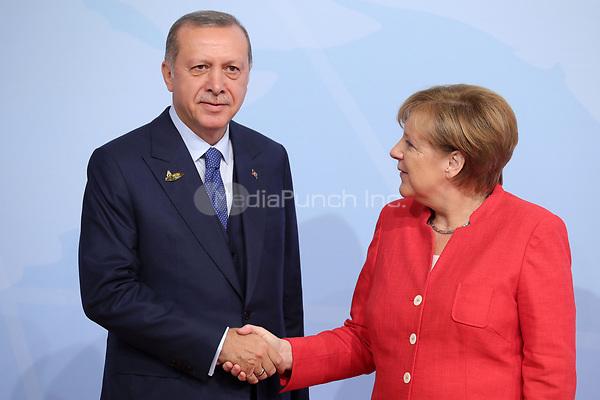 Bundeskanzlerin Angela Merkel begrüßt Recep Tayyip Erdogan, Präsident der Türkei, am 07.07.2017 in Hamburg beim G20-Gipfel. Am 07. und 08. Juli kommen in der Hansestadt die Regierungschefs der führenden Industrienationen zum G20-Gipfel zusammen. Foto: Michael Kappeler/dpa /MediaPunch ***FOR USA ONLY***