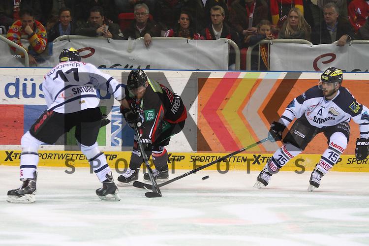 Ingolstadts John Laliberte (Nr.15)  und Ingolstadts Bendikt Schopper (Nr.11)  nehmen Duesseldorfs Daniel Kreutzer (Nr.23)  den Puck ab im Spiel der DEL, Duesseldorfer EG - ERC Ingolstadt.<br /> <br /> Foto &copy; P-I-X.org *** Foto ist honorarpflichtig! *** Auf Anfrage in hoeherer Qualitaet/Aufloesung. Belegexemplar erbeten. Veroeffentlichung ausschliesslich fuer journalistisch-publizistische Zwecke. For editorial use only.
