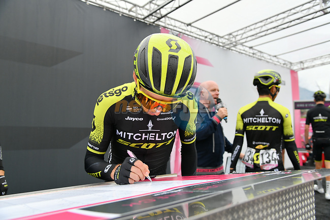 Simon Yates (GBR) Mitchelton-Scott at sign on before Stage 16 of the 2019 Giro d'Italia, running 194km from Lovere to Ponte di Legno, Italy. 28th May 2019<br /> Picture: Gian Mattia D'Alberto/LaPresse | Cyclefile<br /> <br /> All photos usage must carry mandatory copyright credit (© Cyclefile | Gian Mattia D'Alberto/LaPresse)