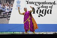 Nederland - Amsterdam - 2019. International Day of Yoga. Internationale Yogadag op de Dam in Amsterdam. Indiase dans. Foto Berlinda van Dam / Hollandse Hoogte