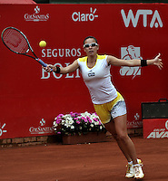BOGOTÁ - COLOMBIA - 23-02-2013: Paula Ormaechea de Argentina, devuelve la bola a Teliana Pereira de Brasil, durante partido por la Copa de Tenis WTA Bogotá, febrero 23 de 2013. (Foto: VizzorImage / Luis Ramírez / Staff). Paula Ormaechea from Argentina returns the ball to Teliana Pereira from Brazil, during a match for the WTA Bogota Tennis Cup, on February 23, 2013, in Bogota, Colombia. (Photo: VizzorImage / Luis Ramirez / Staff)............................