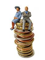 Ouderen en geldzaken. Poppetjes op euromunten