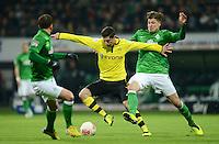 FUSSBALL   1. BUNDESLIGA   SAISON 2012/2013    18. SPIELTAG SV Werder Bremen - Borussia Dortmund                   19.01.2013 Robert Lewandowski (li, Borussia Dortmund) gegen Sebastian Proedl (re, SV Werder Bremen)