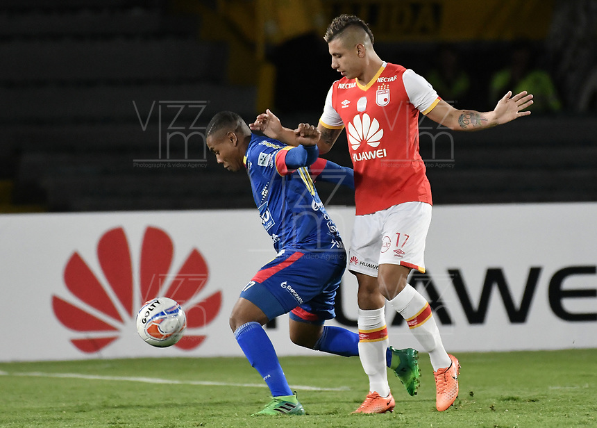 BOGOTÁ - COLOMBIA, 17-09-2017: Juan Daniel Roa (Der.) jugador de Santa Fe disputa el balón con Harrison Canchimbo (Izq.) jugador del Pasto durante el encuentro entre Independiente Santa Fe y Deportivo Pasto por la fecha 12 de la Liga Aguila II 2017 jugado en el estadio Nemesio Camacho El Campin de la ciudad de Bogota. / Juan Daniel Roa (R) player of Santa Fe struggles for the ball with Harrison Canchimbo (L) player of Pasto during match between Independiente Santa Fe and Deportivo Pasto for the date 12 of the Aguila League II 2017 played at the Nemesio Camacho El Campin Stadium in Bogota city. Photo: VizzorImage/ Gabriel Aponte / Staff