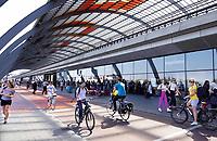 Nederland Amsterdam 2019 - Overkapping achter Centraal Station. Fiets / voetgangerspad. Foto Berlinda van Dam / Hollandse Hoogte